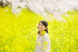 女性 桜と菜の花 - 188040427