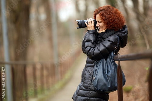 Foto Murales Woman with camera in the park