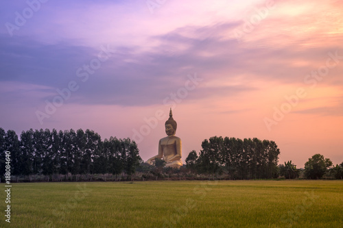 Foto op Canvas Boeddha Big golden buddha statue in the Wat Maung Temple