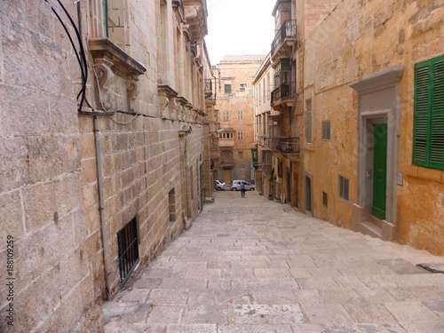 Aluminium Smalle straatjes narrow romantic street between buildings in valetta malta