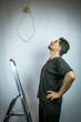 Selbstmordabsichten: Mann auf Leiter schaut  Strick an (Farblook)