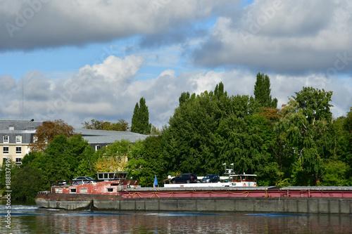 Foto Murales Meulan en Yvelines; France - september 17 2017 : barge on the Seine river