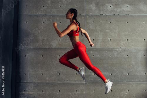 Widok z boku pasuje kobieta robi treningu cardio.