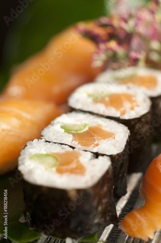 Papiers peints Sushi bar Combinado de nigiri de salmon y philadelphia maki