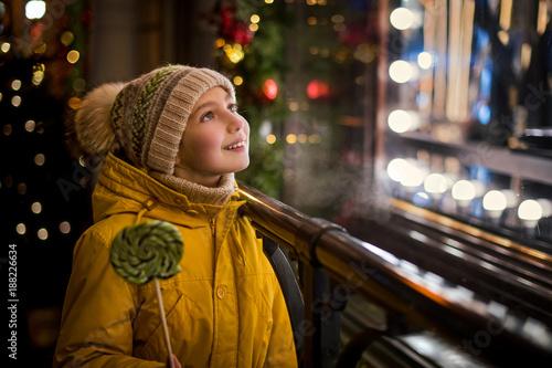 Девочка у новогодней витрины