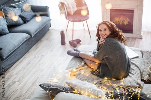 Leinwandbild Motiv schöne frau im wohnzimmer, ambiente