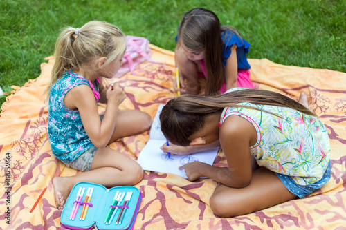 Foto Murales Young girls drawing at the park