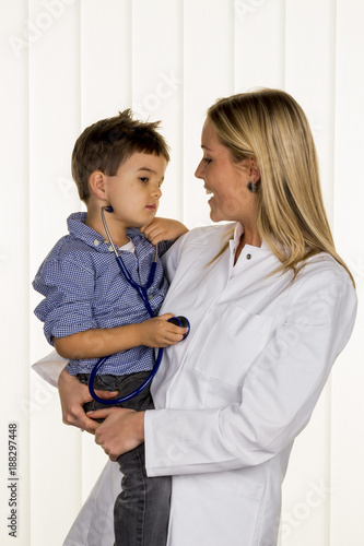 doctor and little boy - 188297448