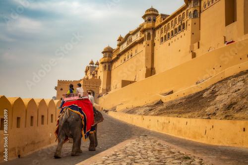 Staande foto India Amer Fort Jaipur tourists enjoy elephant ride.