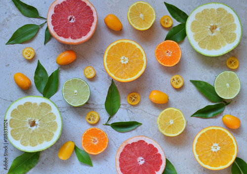 zestaw-cytrusow-na-jasnym-tle-pomaranczowy-mandarynkowy-cytrynowy-grejpfrutowy-limonkowy-kumkwatowy-mandarynkowy-swieze-organiczne-soczyste-owoce-zrodlo-witaminy-c-koncepcja-zdrowej-zywnosci-skopiuj-miejsce