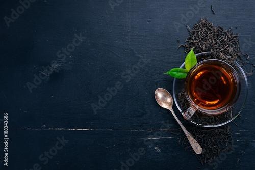 Filiżanka czarna herbata na drewnianym tle. Widok z góry. Skopiuj miejsce.