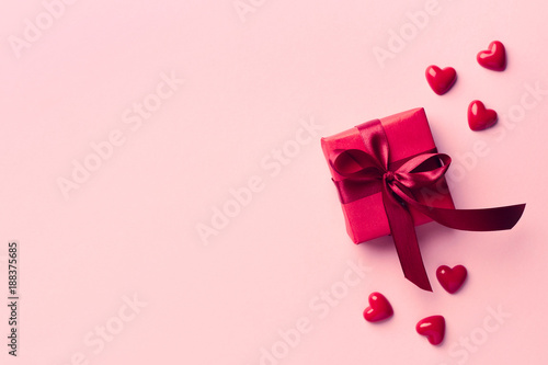 Foto Murales Red gift box on pink background