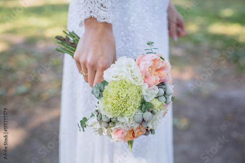 Foto Murales Boquet of flowers in bride hand