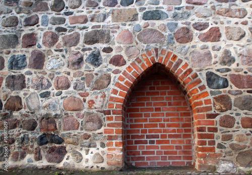 In de dag Baksteen muur Ziegelstein Bogen in Feldstein Mauer