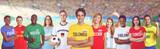 Kolumbianischer Fussball Fan im Stadion mit Gruppe internationaler Fans  - 188433869