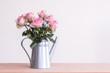 Rosen in einer Gießkanne - 188503439