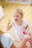 Kind lernt Seifenblasen zu pusten