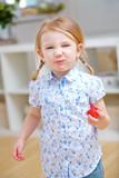 Kind mit Erdbeere hat den Mund voll