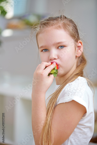 Foto Murales Kind beim Erdbeere essen zu Hause