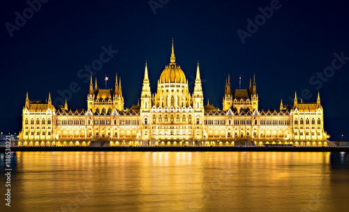 Papiers peints Budapest Parliament building in Budapest at night.