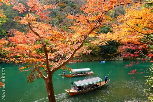 Keuken foto achterwand Kyoto 京都嵐山の紅葉と屋形船