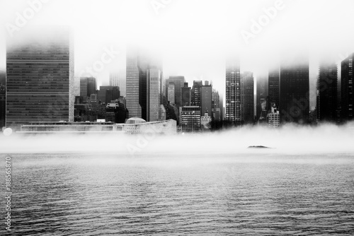 In de dag New York A dense fog covered New York City during the winter's day on January of 2018. View of Manhattan and United Nations building.