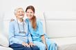 Leinwandbild Motiv Pflegehilfe und lachende  glückliche Seniorin
