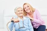 Alte Mutter und Tochter als glückliche Tochter