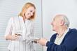 Pflegedienst Frau bringt altem Mann eine Mahlzeit