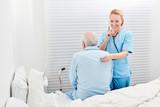 Ärztin prüft die Atmung bei einem kranken Senior