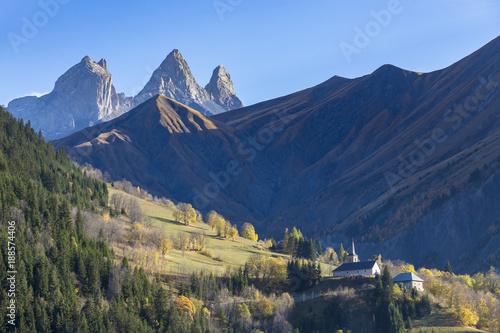 église du hameau de Montrond, en arrière-plan les Aiguilles d'Arves, Savoie