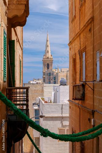 Foto Murales Valletta. Old medieval street.