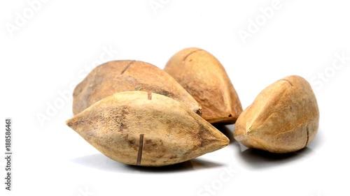 Pili Nüsse auf einem Drehteller