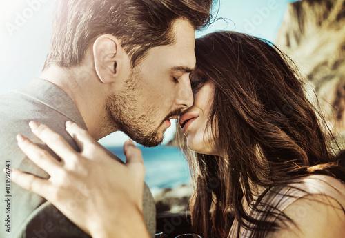 Aluminium Konrad B. Portrait of a kissing couple