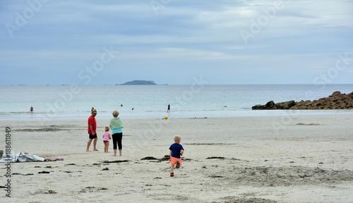 Un petit garçon fait du sport sur une plage en Bretagne