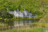 Vista di Kylemore Abbey dalle acque dello stagno