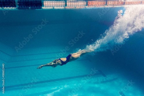 foto-subacuatica-de-nadadora-joven-haciendo-ejercicio-en-la-piscina