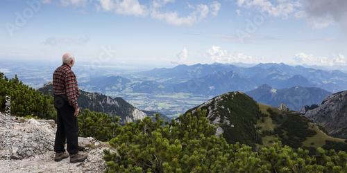 Foto Murales Mann steht auf Aussichtsplattform des Wendelstein 1838m, Mangfallgebirge, Ausblick Richtung Chiemgau, Bayrische Alpen, Oberbayern, Bayern, Deutschland, Europa