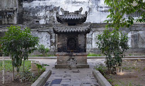 Foto Murales The grounds of the historic Quan Thanh Temple in the Ba Dinh district of Hanoi, Vietnam. The temple, also known as Tran Vo Temple, was built between 1010 and 1028
