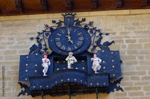 Die Rathausuhr des neuen Rathauses von Laguardia