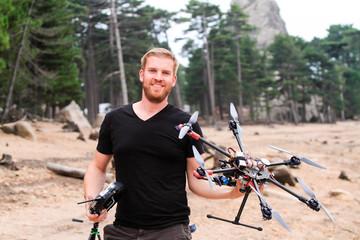 Mann mit Drohne Multikopter in der Hand