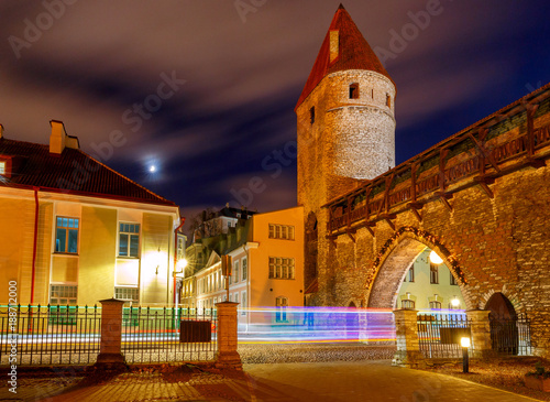 Foto op Canvas Smal steegje Tallinn. The old fortress wall.