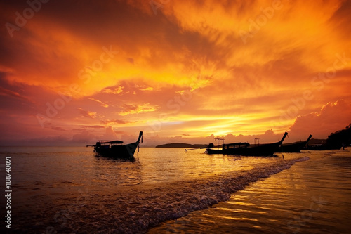 Papiers peints Orange eclat fishing boat on the background of a colorful beautiful sunset. Krabi. Thailand. Paradise rest. Relaxation