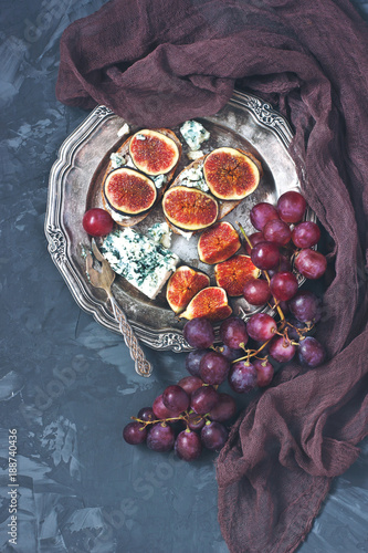 Foto Murales Juicy flavorful  figs, grape  and cheese  on bread