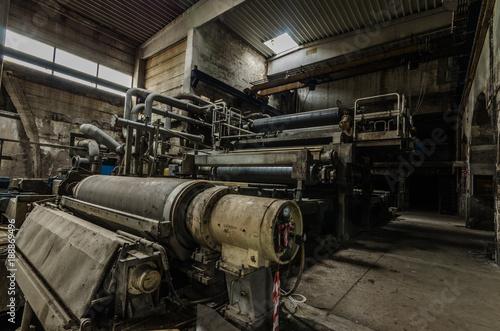 Deurstickers Oude verlaten gebouwen maschine in einer papierfabrik