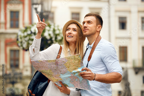 Foto Murales Couple With Map On Travel Vacations, Sightseeing