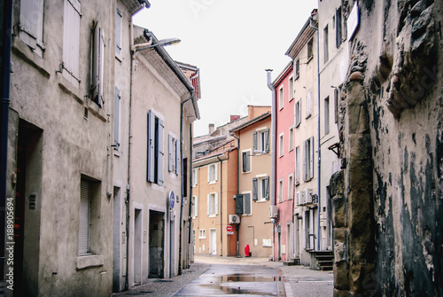 Deurstickers Smal steegje Rue à Tournon-sur-Rhône, France.