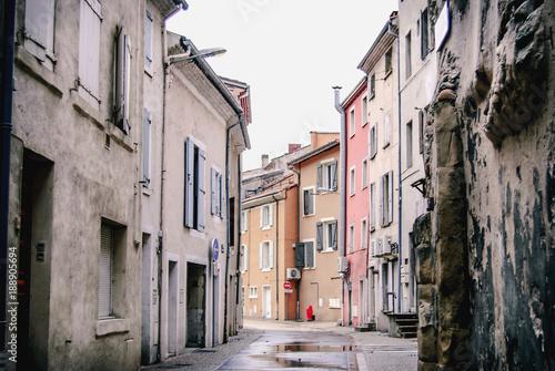 Foto op Aluminium Smal steegje Rue à Tournon-sur-Rhône, France.