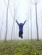una donna salta nel bosco