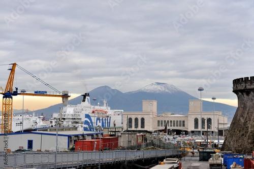 Foto op Canvas Napels Napoli stazione marittima al Molo Angioino, col Vesuvio